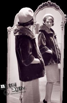 model_mit_nutria_jacke_vor_spiegel